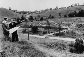 Los Angeles Mayor Norris Poulson (right), an instrumental leader in bringing the Dodgers to the West Coast, stands and views barren land in the hilly area known as Chavez Ravine with sportswriter Bob Hunter of the <em>Los Angeles Examiner</em> on Aug. 28, 1957.